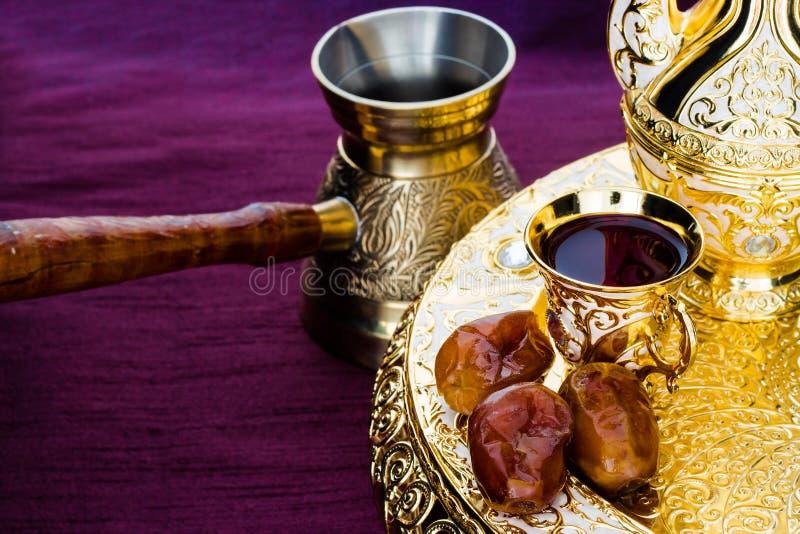 与传统金黄阿拉伯咖啡具的静物画与dallah 图库摄影