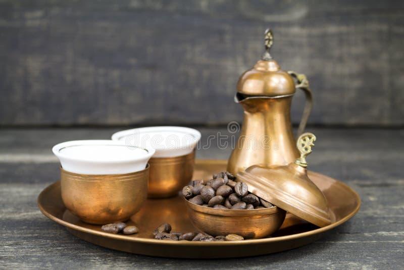 与传统铜服务集合的土耳其咖啡 免版税库存照片