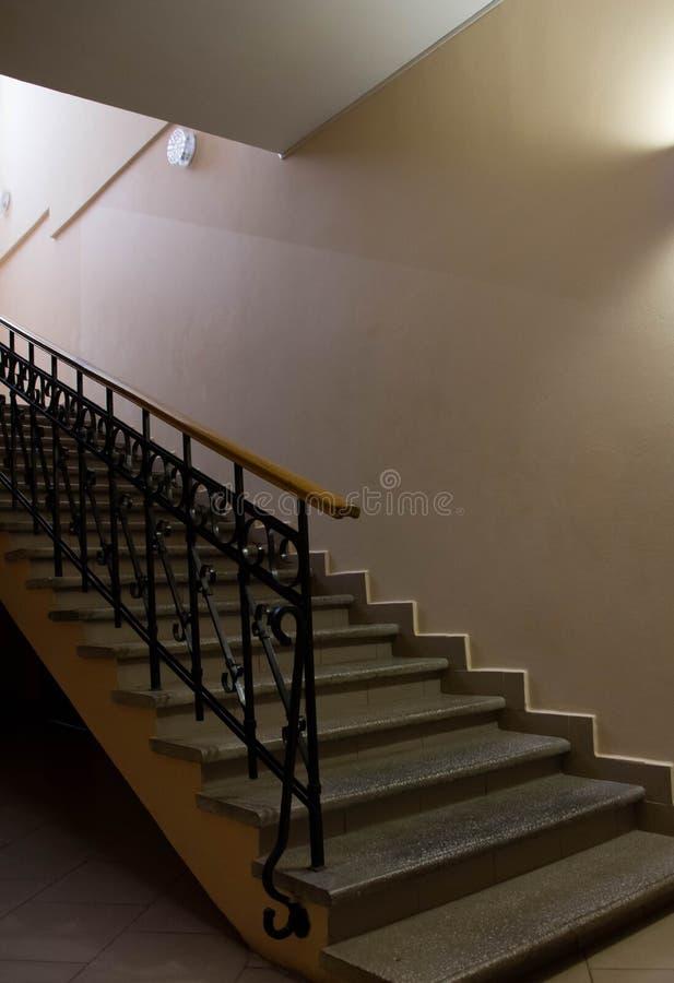 与伪造的扶手栏杆的楼梯 免版税图库摄影