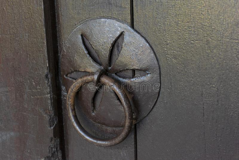 与伪造的把柄和敲门人的葡萄酒木门 库存图片