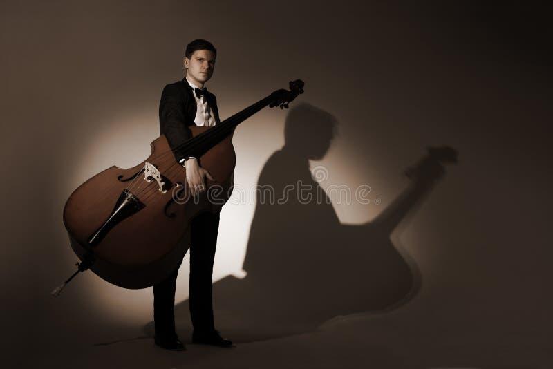 与低音提琴的古典音乐家演播室画象 库存图片