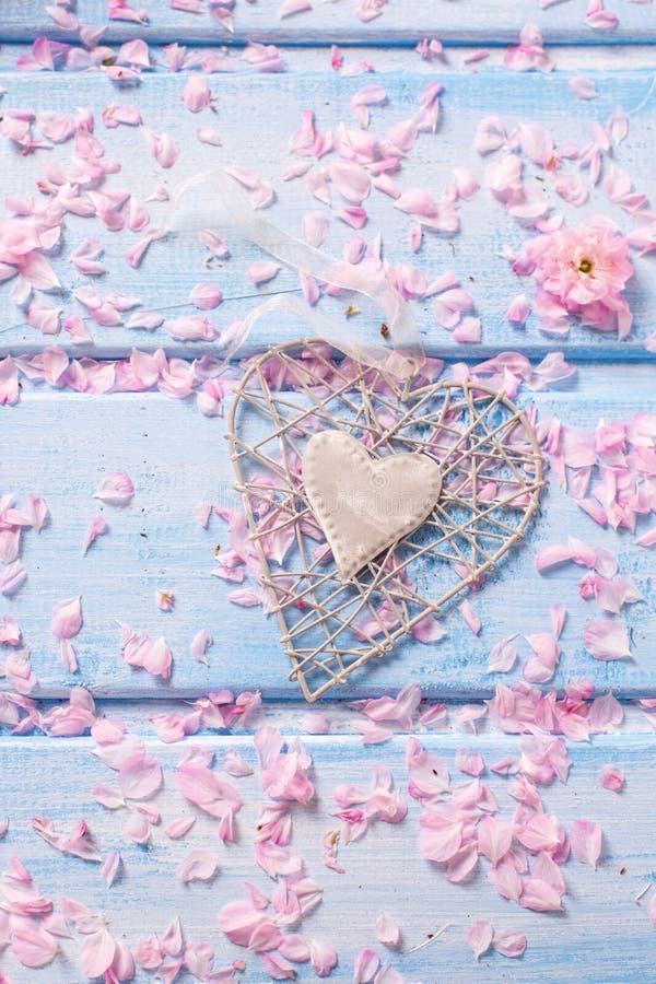 与佐仓的装饰心脏和瓣的背景开花 库存图片