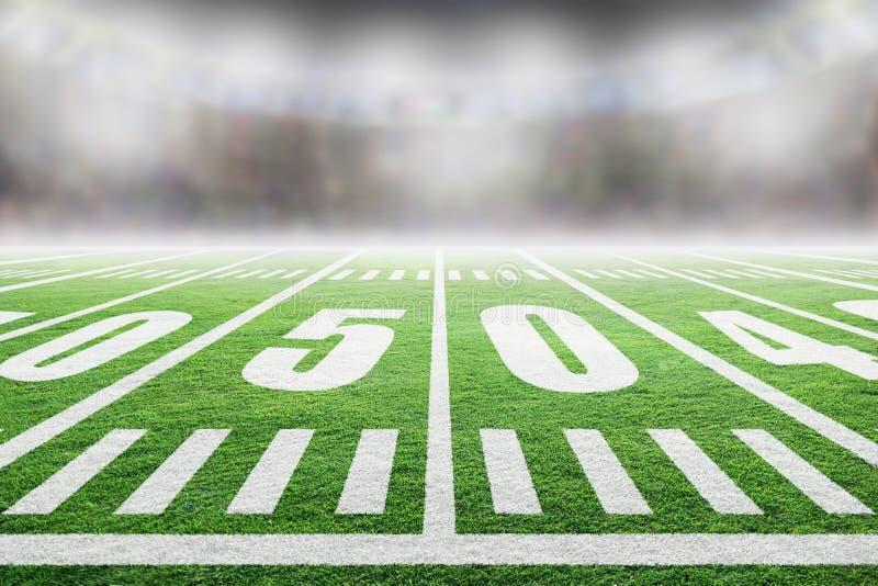 与体育场光和拷贝空间的美式足球橄榄球场 免版税图库摄影
