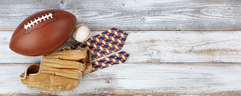 与体育项目和礼服领带的愉快的Father's天概念在与大量的白色土气木头拷贝空间 免版税图库摄影
