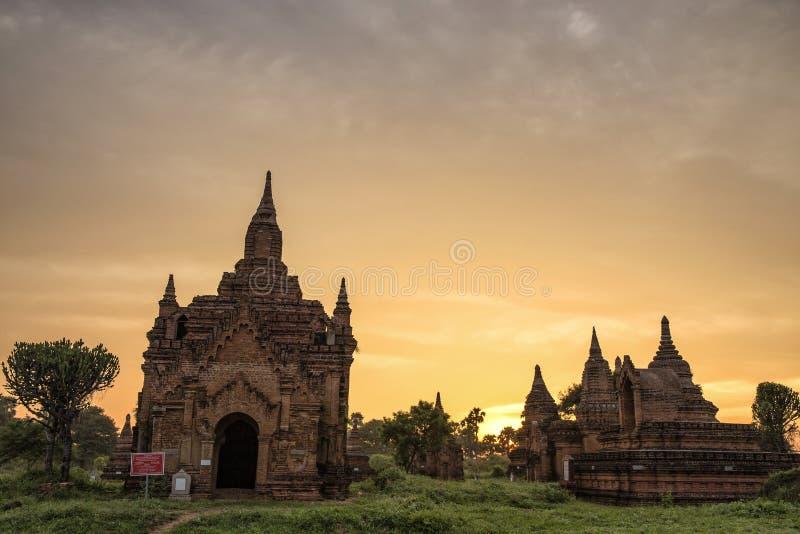与佛教寺庙的日出视图在蒲甘缅甸 库存照片