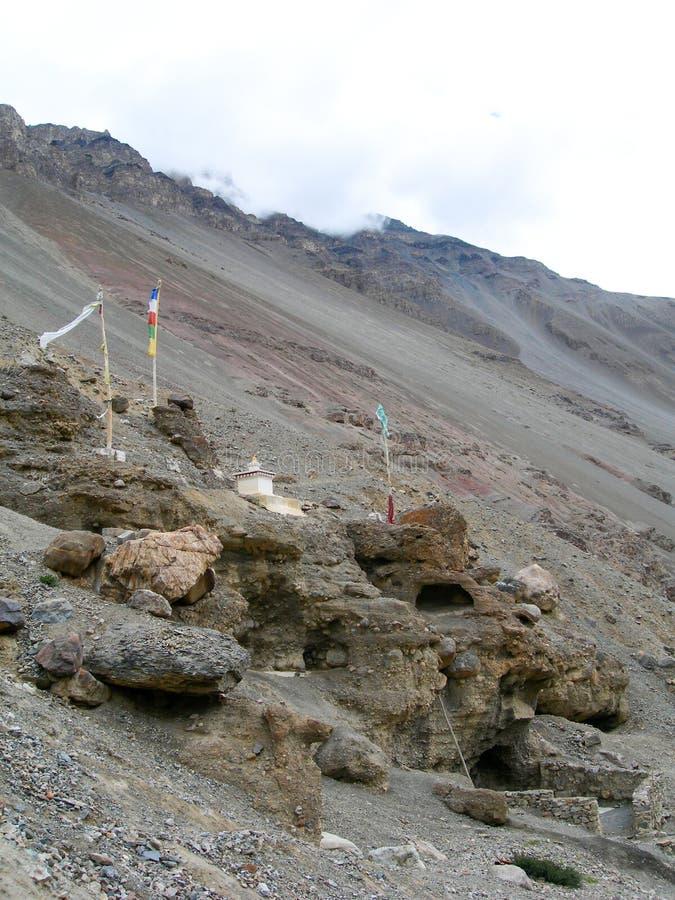 与佛教祷告旗子的高山背景在喜马拉雅山 免版税库存图片