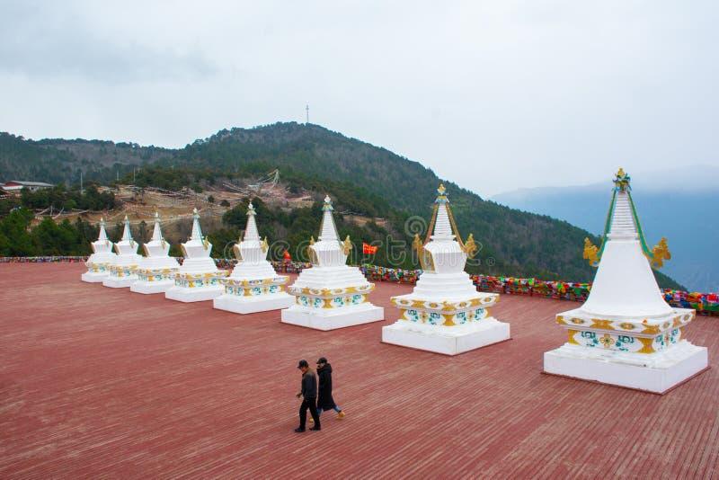 与佛教萨迦派修道院的金黄上面和部分,西藏,中国的白色stupas 免版税库存图片