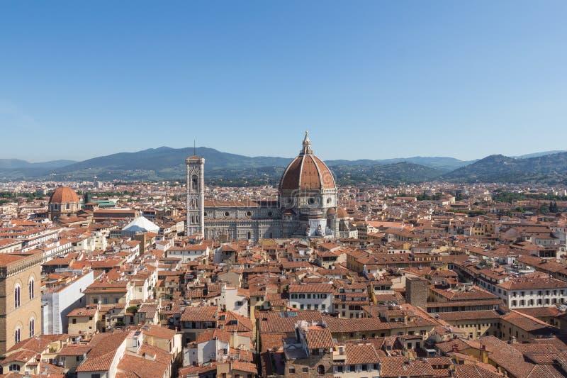 与佛罗伦萨大教堂在一个晴天,托斯卡纳,意大利的佛罗伦丁的都市风景 库存图片