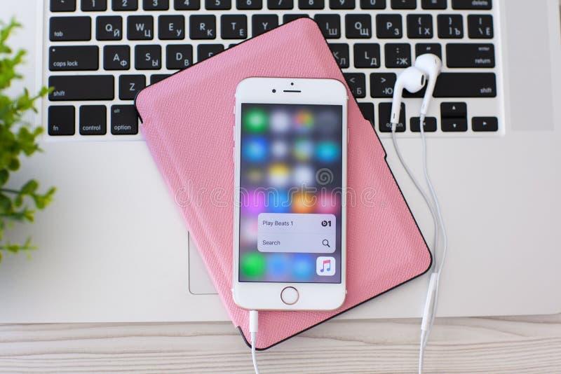 与作用3D接触苹果计算机音乐的IPhone 6S罗斯金子 免版税图库摄影