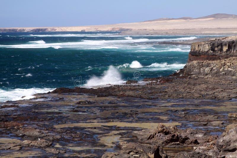 与使坚固性峭壁、绿松石水和海的凶猛的惊奇惊人自然观点西北海岸的  免版税库存图片