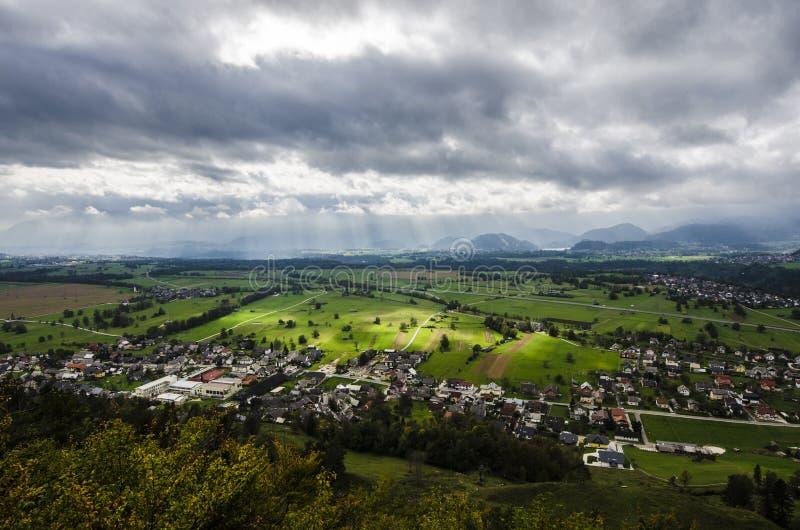 与使多云天空惊奇的美好的绿色领域 库存图片