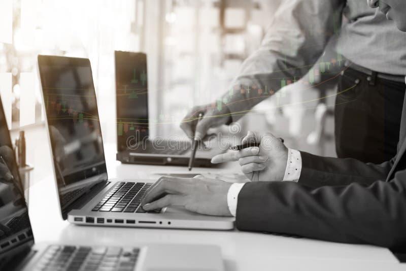 与使用膝上型计算机分析数据财务的商人的办公室生活 免版税库存图片