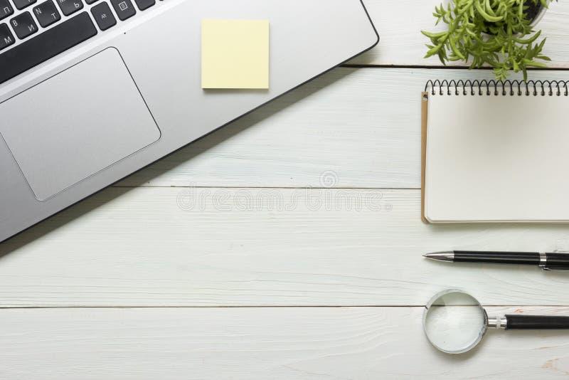 与供应和咖啡杯的办公桌桌 库存图片
