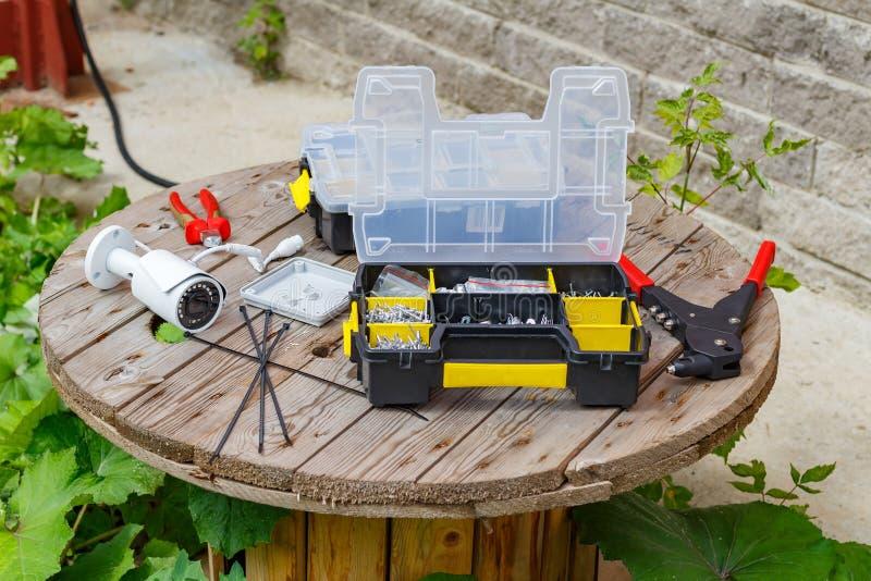 与供应和工具的CCTV照相机为登上在木表面 库存图片