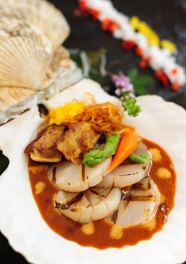 与供食的枯萎的鹅肝的海扇贝 免版税图库摄影