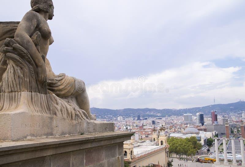 与供以座位的雕象的都市风景 免版税库存图片
