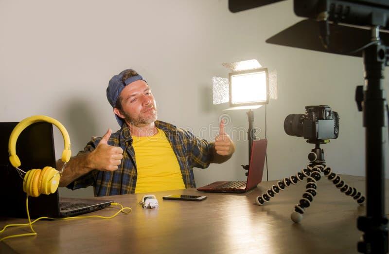 与便携式计算机录音录影博克的年轻有吸引力的技术怪杰人网络在网上运作互联网社会的媒介的 库存图片