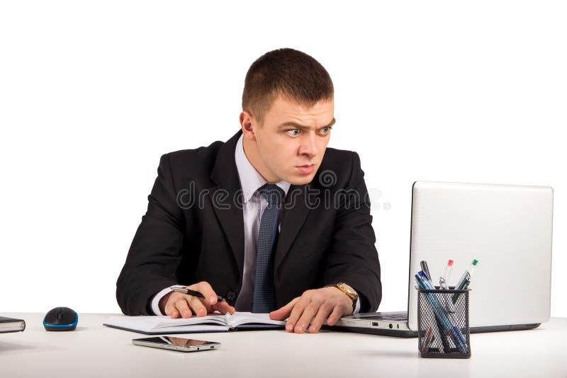 与便携式计算机的惊奇的商人和文件在白色背景隔绝的办公室 免版税图库摄影