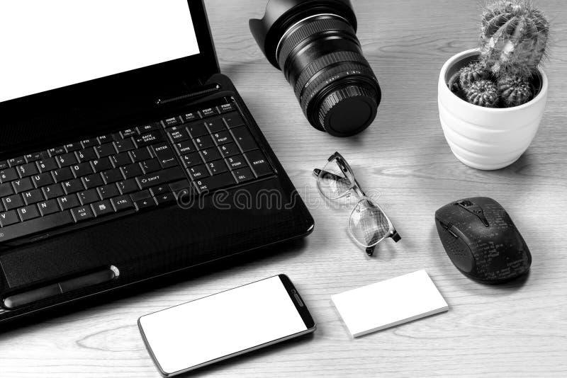 与便携式计算机,摄象机镜头,智能手机, eyeg的办公室桌 免版税库存图片