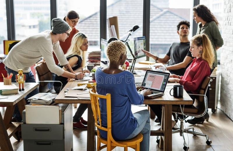 与便装样式的现代办公室概念 免版税库存图片