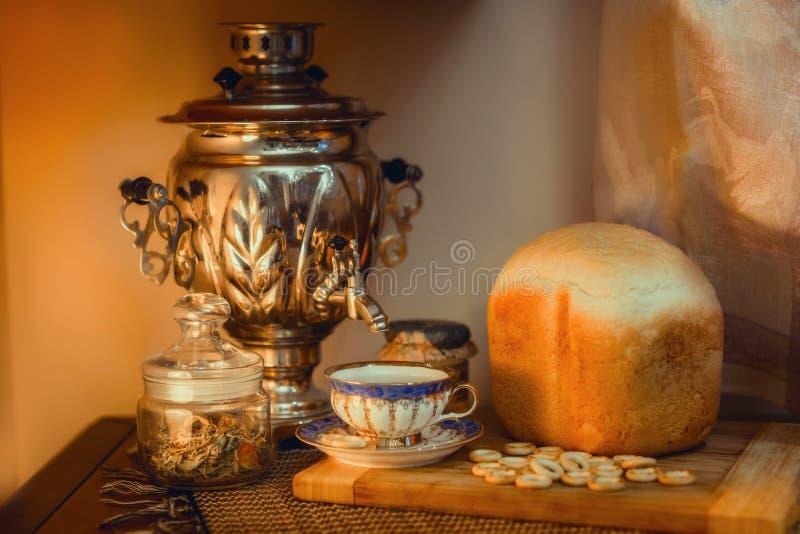 与俄国式茶炊的俄国传统茶 库存图片