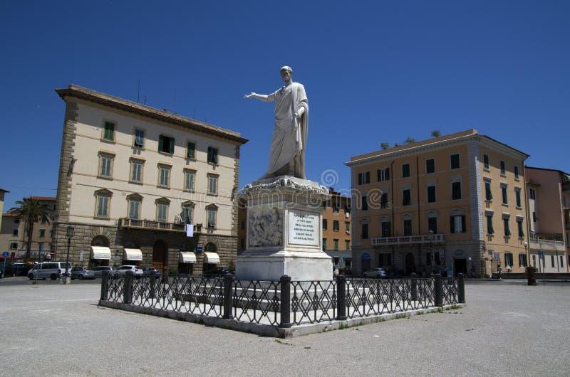 与俄国沙皇时代的太子费迪南德雕象的广场della Repubblica III在里窝那,意大利 库存图片