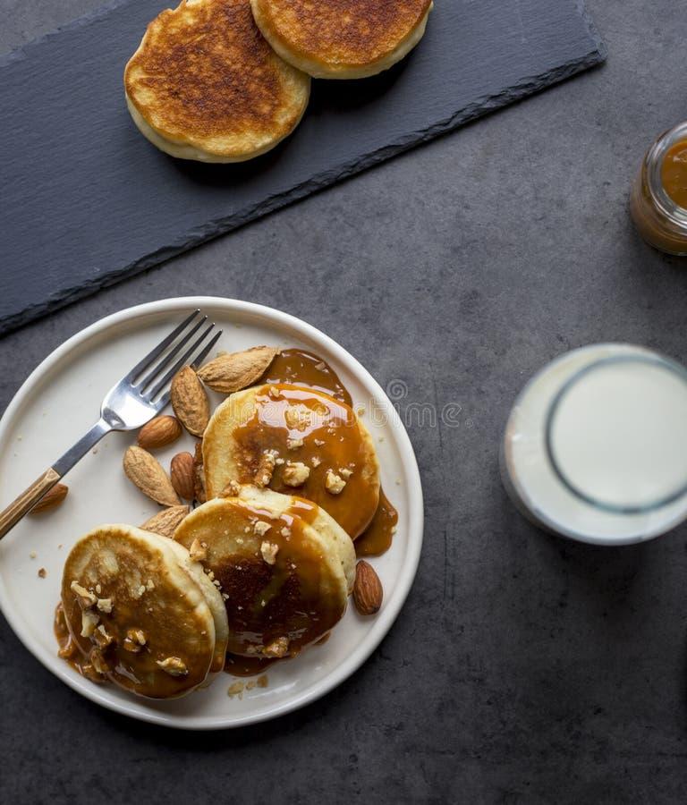 与俄式薄煎饼的早餐用在黑背景的焦糖 库存图片