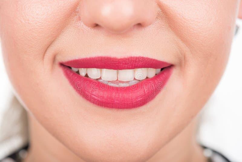 与俏丽的微笑和白色牙的妇女面孔 演播室照片写真 使用明亮的红色唇膏 免版税图库摄影
