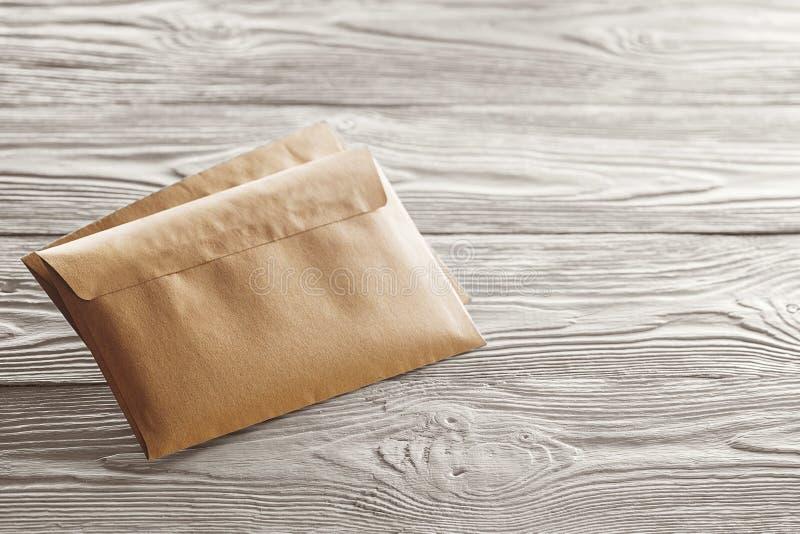 与信件的卡拉服特信封在老白色木背景 设计师的空白 概念、想法邮政局的和e-ma 图库摄影