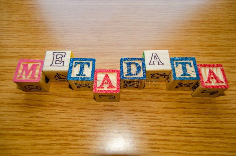 与信件的教育玩具立方体组织显示词变数据- keywording和搜索引擎优化 免版税库存照片