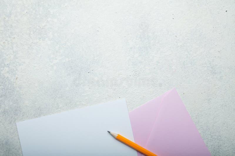 与信封的空的在白色葡萄酒木背景的信件和铅笔,文本的空的空间 免版税库存图片