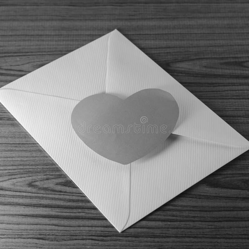 与信封的纸心脏 库存照片