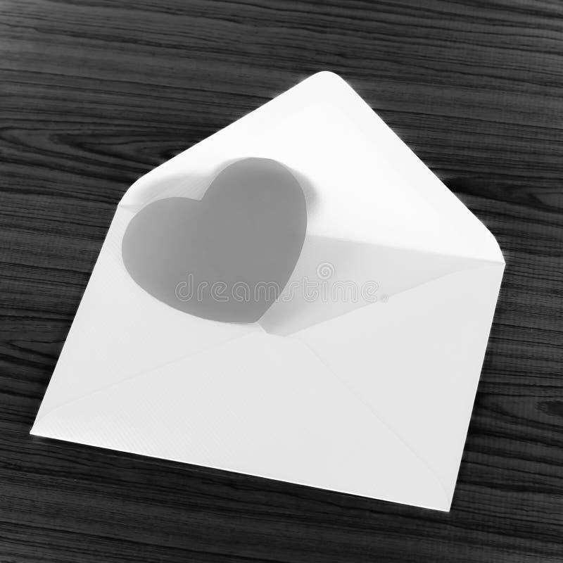 与信封黑白颜色口气样式的心脏 免版税库存图片
