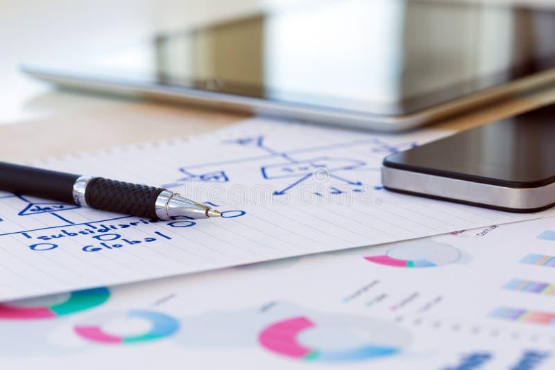 与信息图表和数字式小配件的现代企业背景 免版税图库摄影