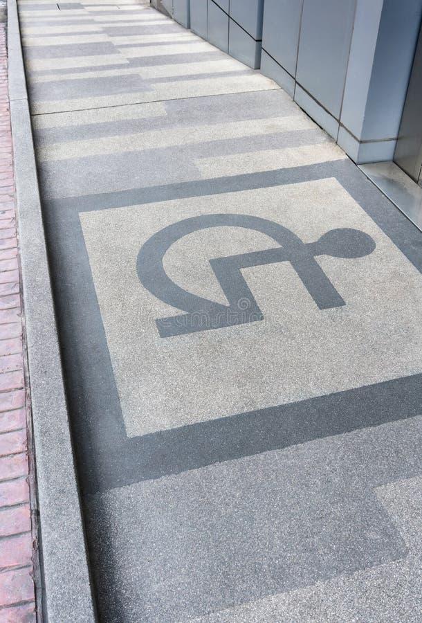 与信息标志的轮椅舷梯在地板上 免版税图库摄影