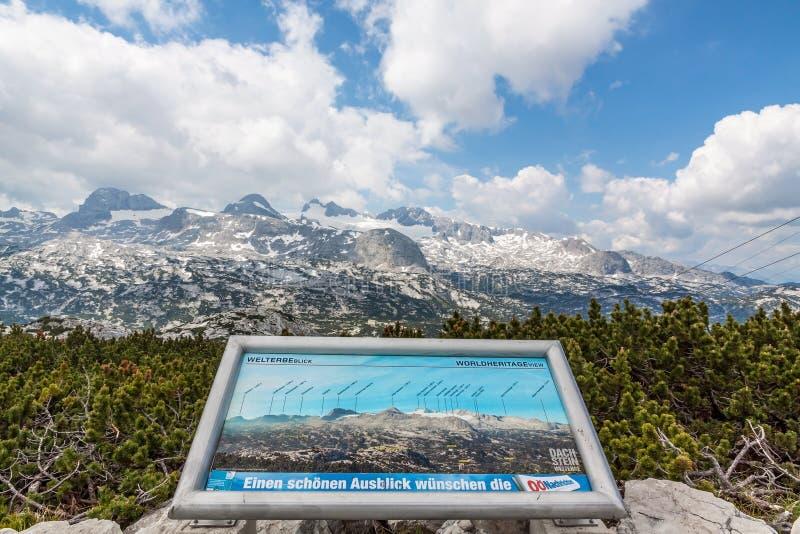 与信息标志的Dachstein山 免版税库存图片