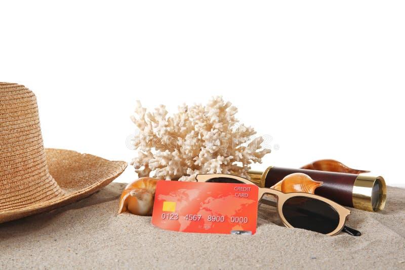 与信用卡和珊瑚的沙子 免版税库存图片