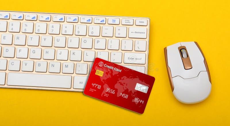 与信用卡和老鼠的键盘顶视图 免版税库存图片