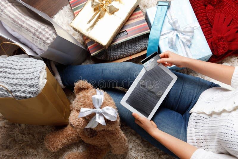 与信用卡的妇女购物 免版税库存照片