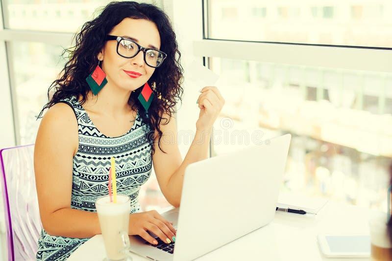 付与信用卡的少妇网上付款 在线购物 新的年龄的概念在银行业务和塑料金钱 库存图片