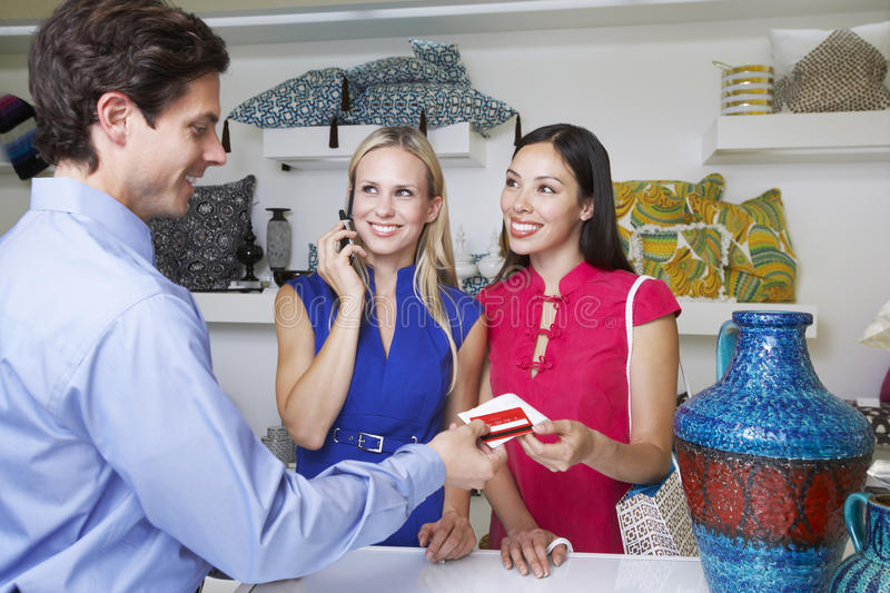 与信用卡的推销员交给收据对顾客 免版税库存照片