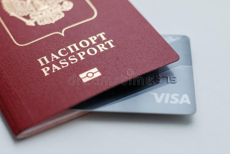 与信用卡里面的俄国国际护照 库存图片