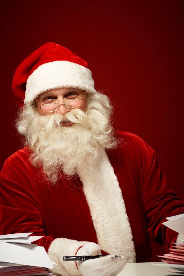 与信件的圣诞老人 图库摄影