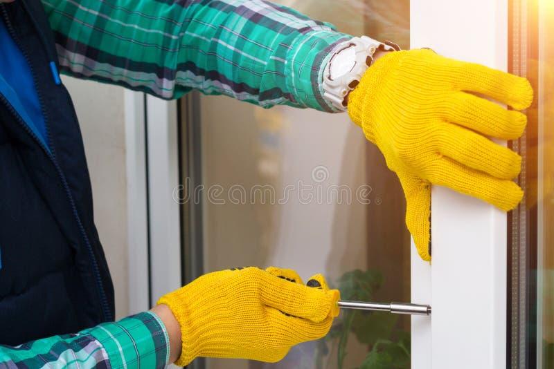 与修理窗口的螺丝刀的大师 免版税图库摄影