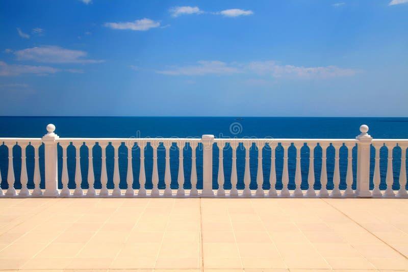 与俯视海运的楼梯栏杆的大阳台 免版税库存照片