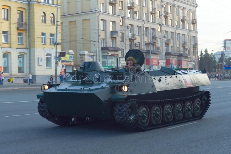 与倾斜在舱口盖外面的司机技工的BMP-1 库存照片