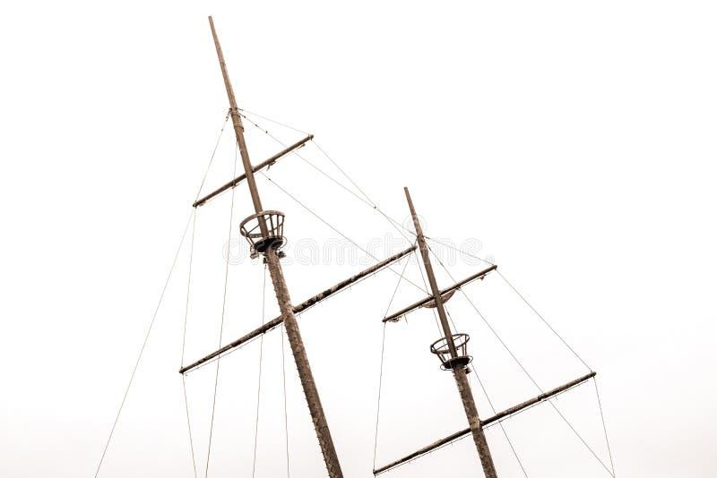 与倾斜对le的乌鸦巢和老风帆的老海难帆柱 免版税图库摄影