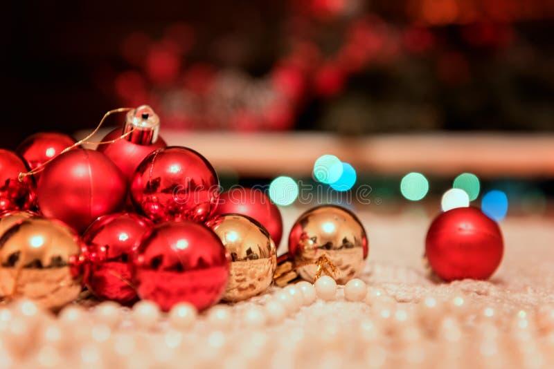 与假日装饰、光和欢乐bokeh的圣诞节和新年背景 免版税图库摄影