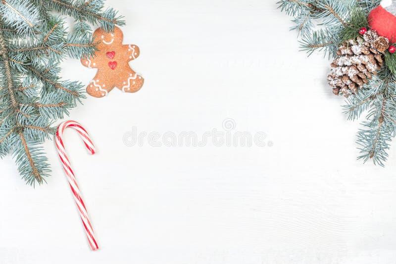 与假日装饰元素和冷杉tr的圣诞节背景 免版税库存图片
