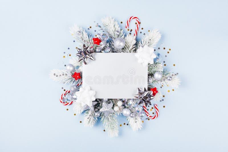 与假日装饰的圣诞卡片 库存照片
